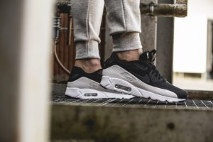 nike-air-max-90-ultra-moire-black-white-819477-011-mood-1