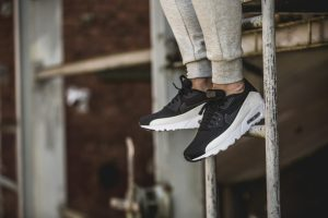 nike-air-max-90-ultra-moire-black-white-819477-011-mood-2